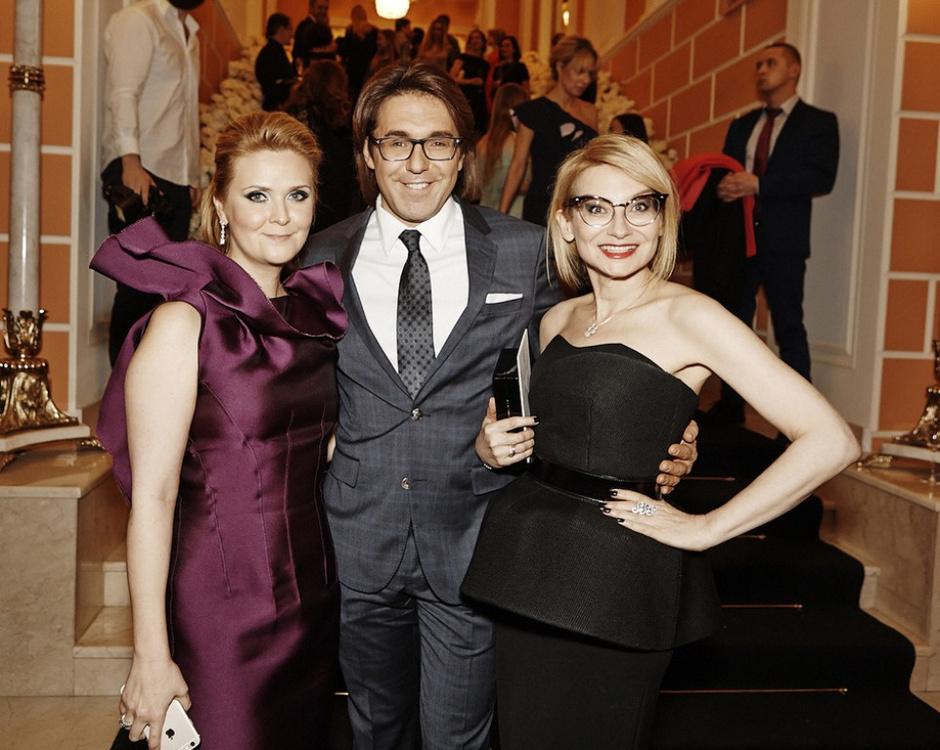 Наталья Шкулева (в украшениях Bulgari), Андрей Малахов (в костюме BOSS) и Эвелина Хромченко