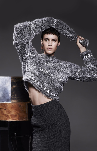 Свитер из шерсти и кашемира, юбка из твида, все — Chanel; серьга, Robert Lee Morris