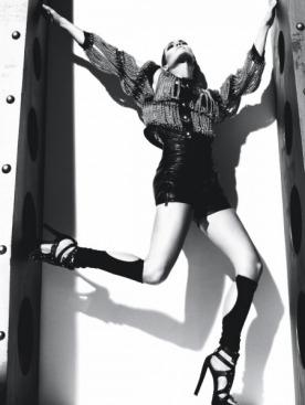 Жакет c цепями из кожи козленка, Moschino; боди из шелкового жаккарда, Dolce & Gabbana; кожаные шорты, гетры из хлопка, все — Alexander Wang; кожаные босоножки, Giuseppe Zanotti Design
