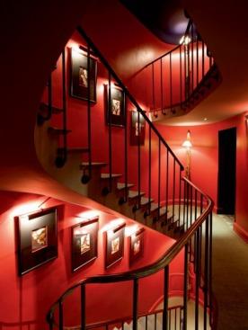 Лестница сделана по образу и подобию французских лестниц XIX века. На стенах — иллюст-рации американского художника Уолтона Форда, изображающие хищных птиц, которые расправляются со своей добычей. Экспозиция будет меняться в зависимости от идей новых коллекций Алены Ахмадуллиной.