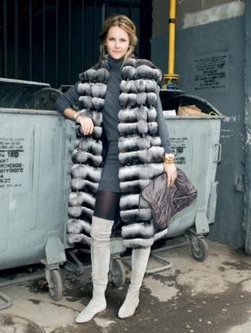 Меховой жилет, Helen Yarmak; платье, Marc Jacobs;  сумка, Zagliani; браслет, Chanel; колготки, Calzedonia; ботфорты, Brian Atwood