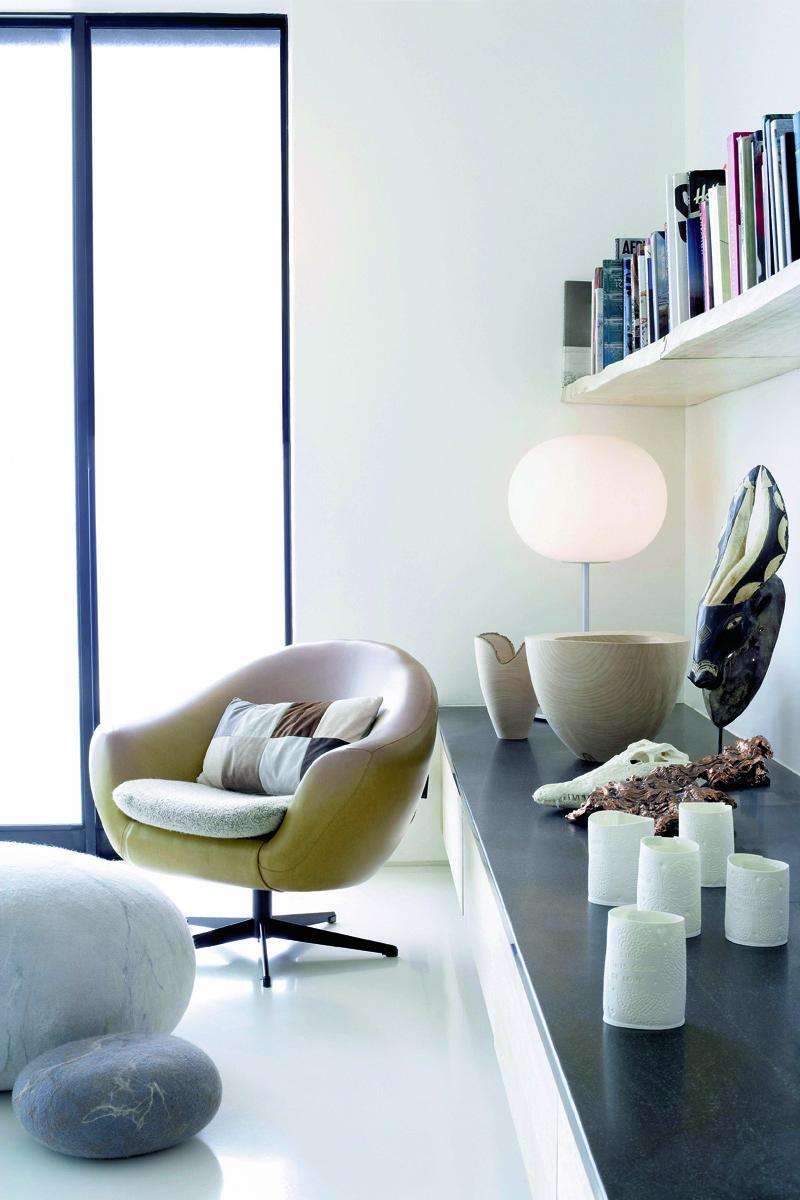 Перекличка округлых форм в интерьере гостиной: фетровые пуфы Ronel Jordaan, лампа Glo-Ball, дизайн Джаспера Моррисона, Flos, деревянные вазы от Джона и Эндрю Эрли.