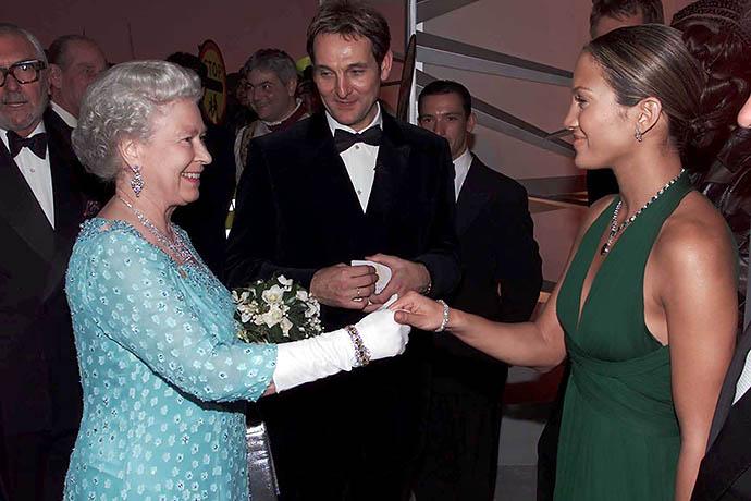 Дженнифер Лопес на приеме у Елизаветы II, 2001 год