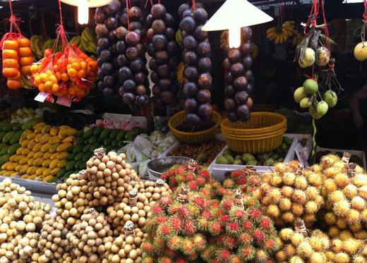 Рамбутаны и мангустины на рынке в Куала-Лумпуре
