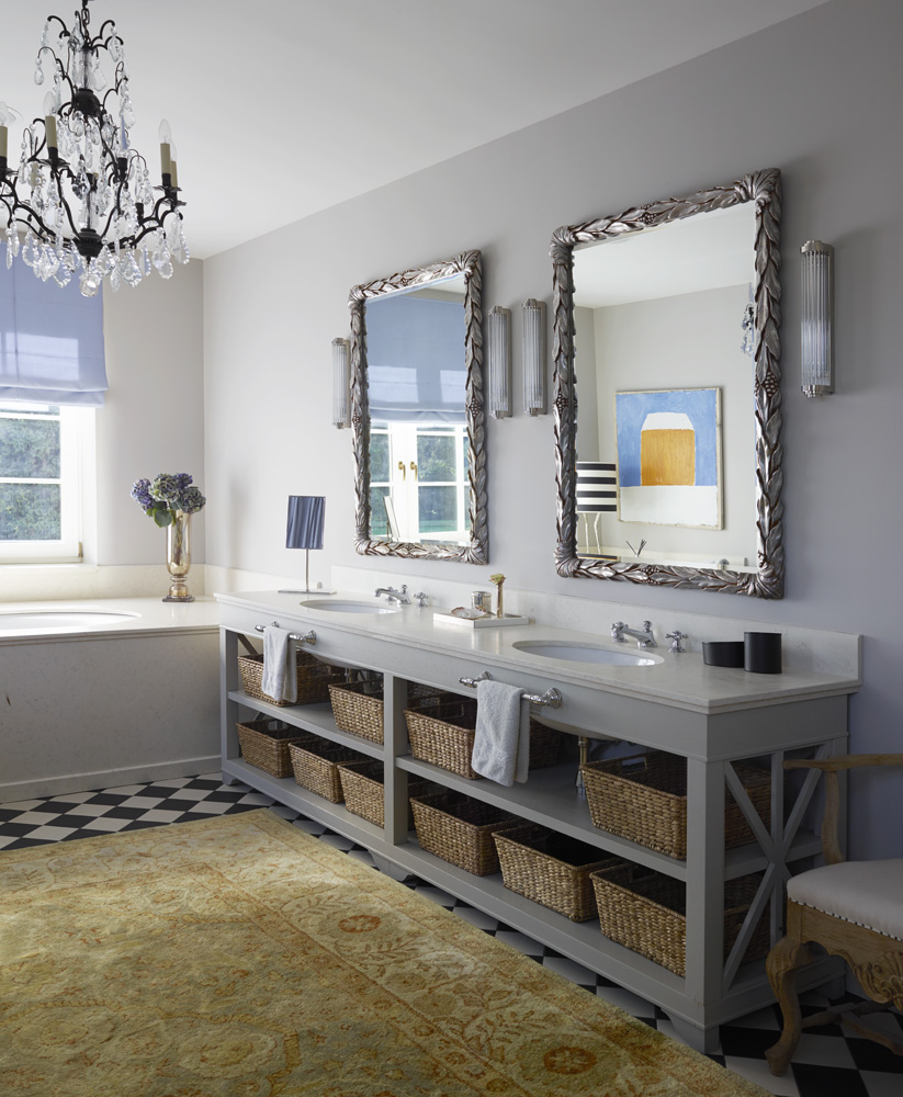 Ванная комната хозяев. Зеркала, Sherle Wagner. Бра, Summer Hill. Тумба под раковины сделана на заказ. Смесители, Dornbracht.