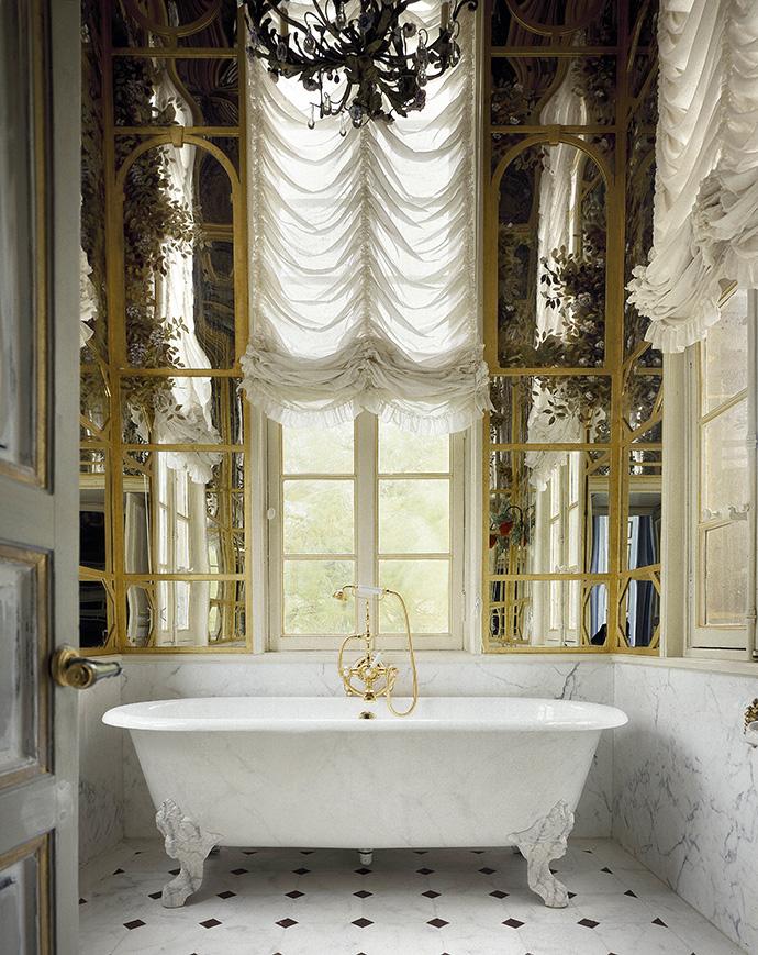 Ванная комната в башенке французского замка. Доходящие до потолка зеркала Ренцо украсил иллюзионистическими росписями с изображением листвы.
