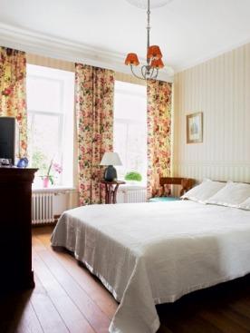 В спальне родителей холодную гамму шведского ампира смягчили шторами в стиле мисс Марпл