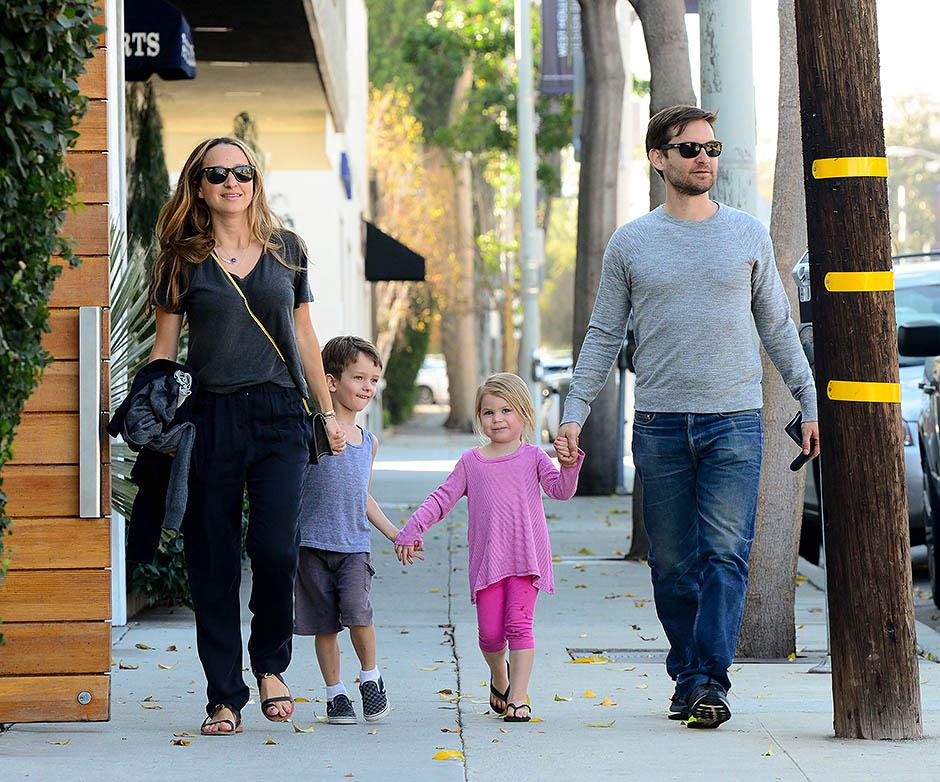 Тоби Магуайр и Дженнифер Мейер с детьми
