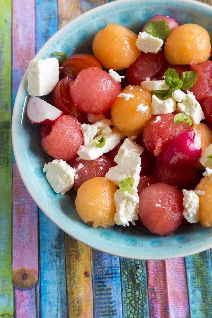 Салат с арбузом, дыней и сыром фета
