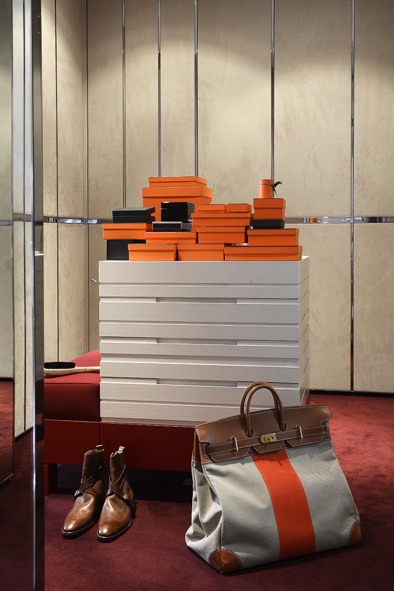 Гардеробная. Дверцы шкафов отделаны замшей от Kvadrat. Комод со встроенной банкеткой, стоящий в центре комнаты, сделан по эскизу Тициано Вудафьери.