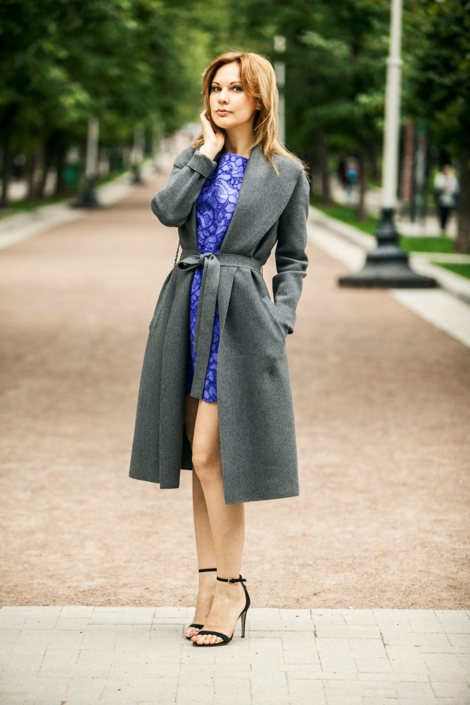 Платье - Juicy Couture; пальто - Wolford; босоножки - Max Mara; сумка - Chanel