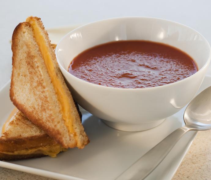Томатный суп с сырными тостами