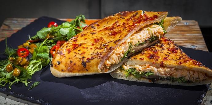 Пикантная пита с крабом, соусом «Спайси» и водорослями чука с соусом «Гамадари»