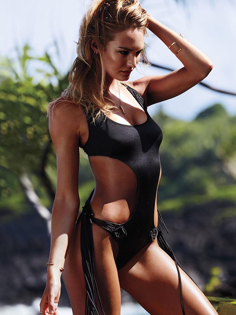 Слитный черный купальник: фото
