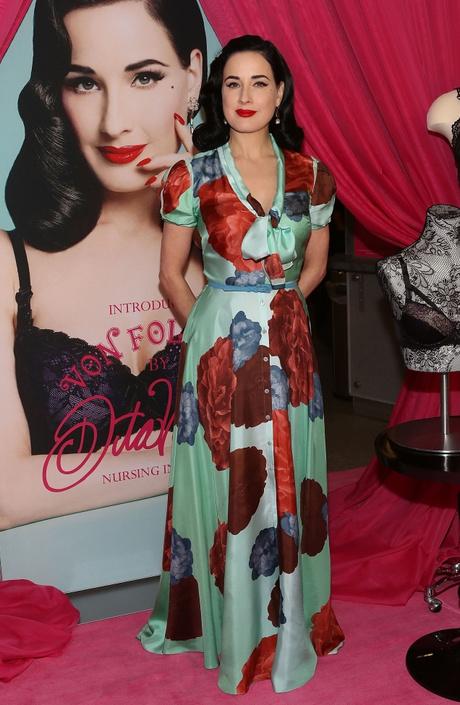 Дита фон Тиз в платье с цветочным принтом