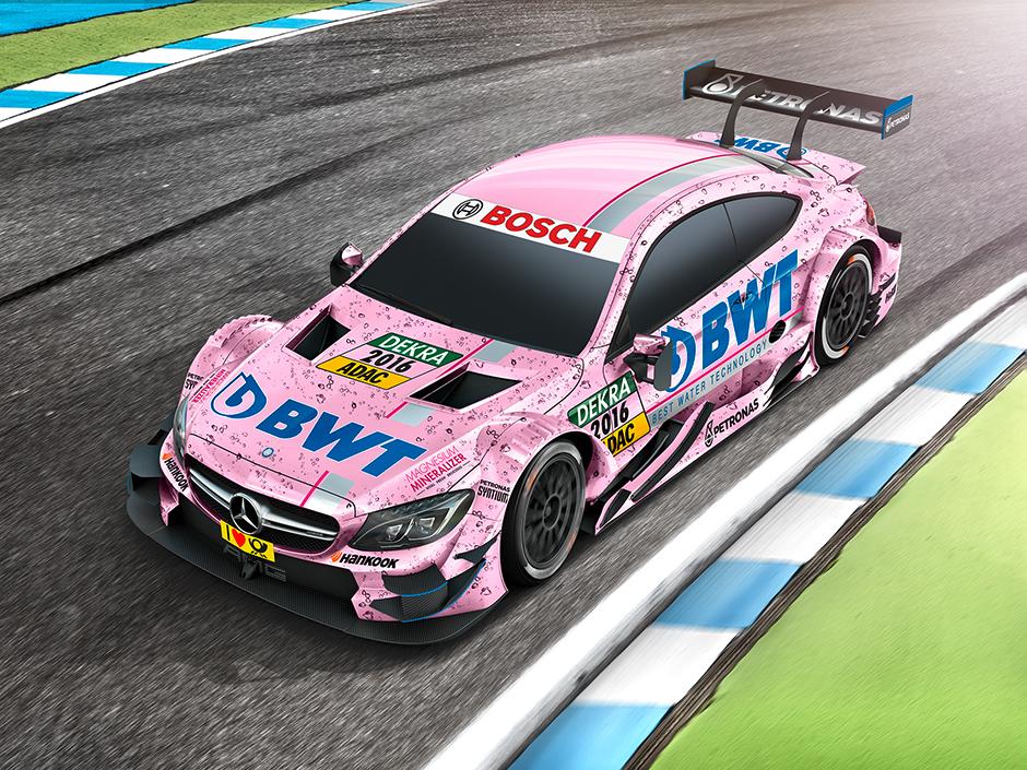 На треке с BWT Притягивающий внимание розовый Mercedes AMG C 63 купе DTM с символиковй BWT