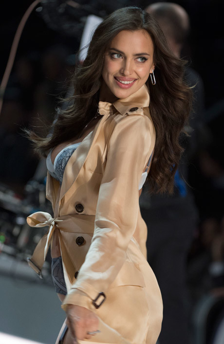 Ирина Шейк на показе Victoria's Secret Fashion Show