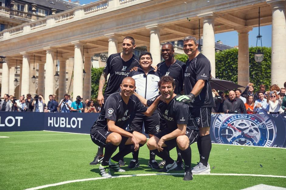 Пеле и Марадона сыграли в футбол на площади Пале-Рояль