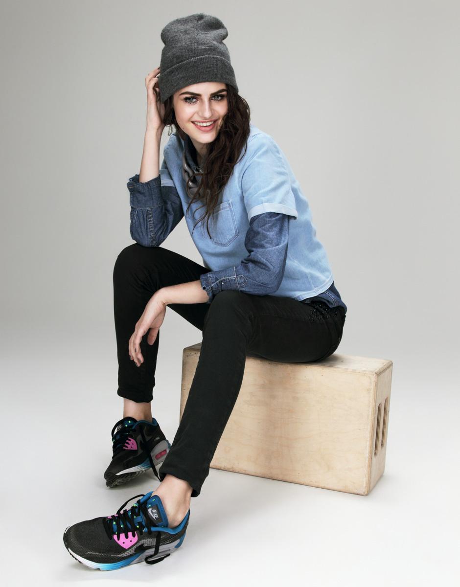 Рубашка из денима, Guess Jeans; топ из денима, Topshop; джинсы, Cristina Effe; сникерсы, Nike Air Max; колье из пластика, Dianna; шапка, Sisley
