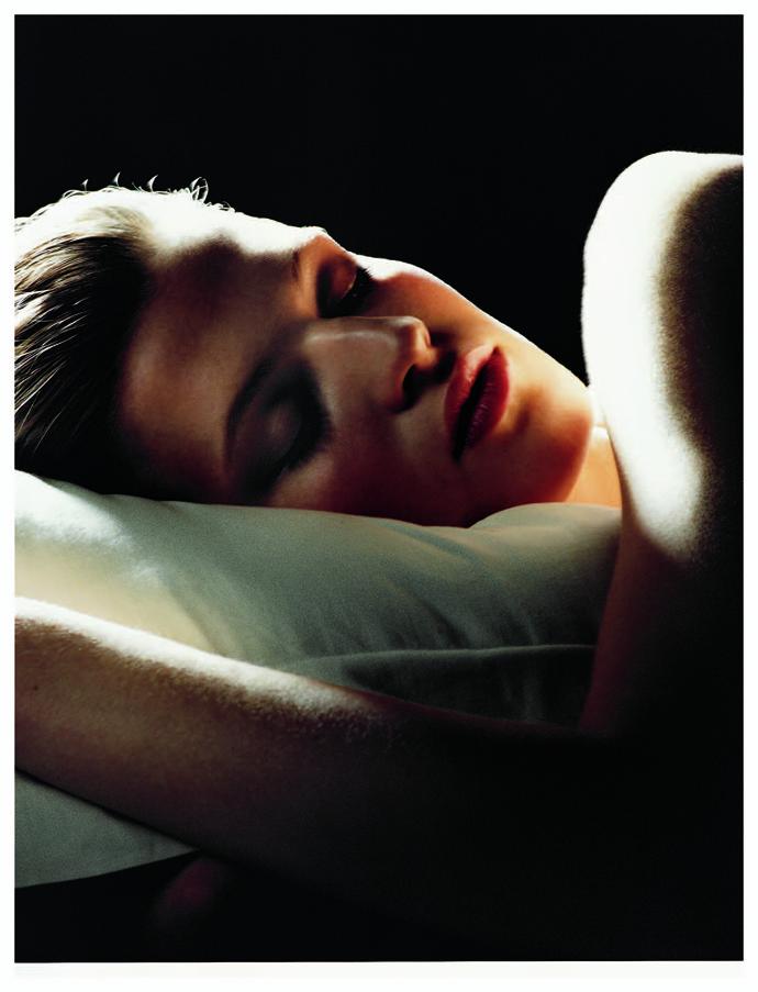 Спать на животе, уткнувшись лицом в хлопковую подушку
