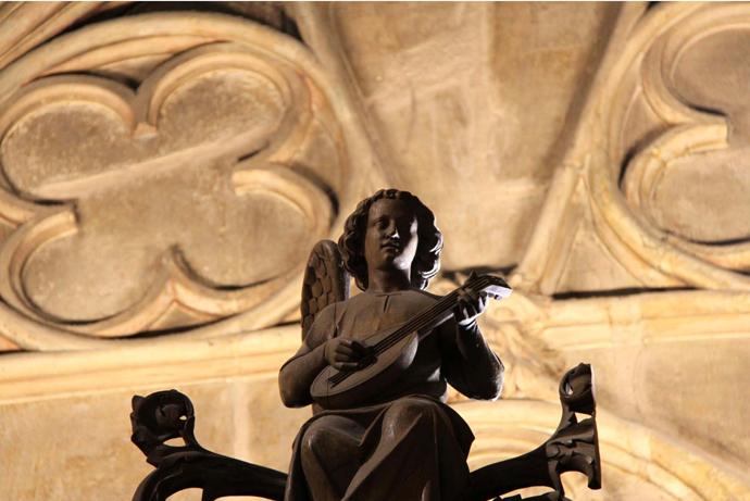 Деталь интерьера Нотр-дам-де-Пари с новой подсветкой