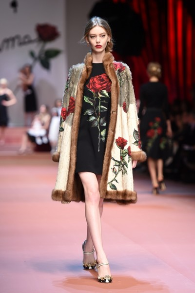 Дочки-матери: Dolce & Gabbana представили семейную коллекцию на Неделе моды в Милане | галерея [2] фото [6]
