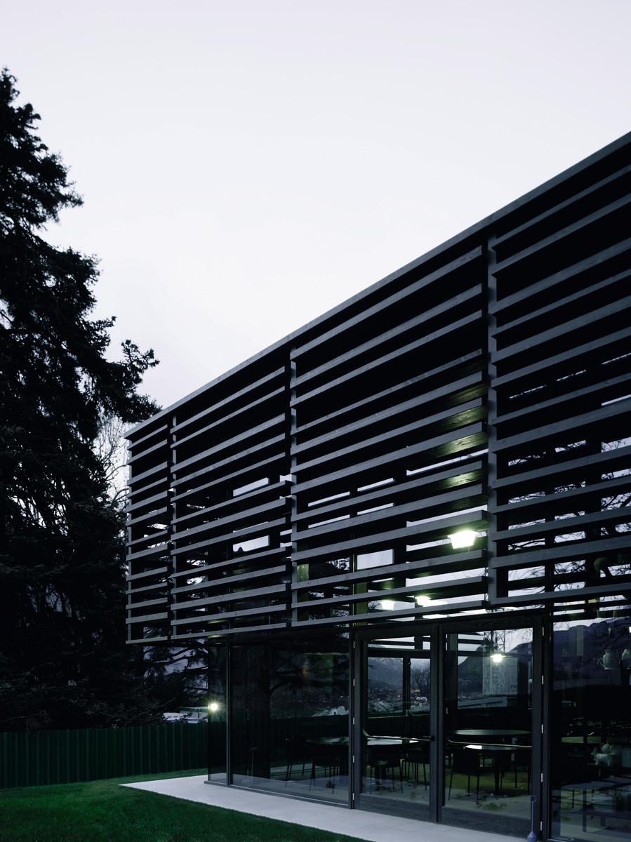 Остекленный фасад ресторана защищен от солнца декоративным экраном из дубовых реек разного сечения.