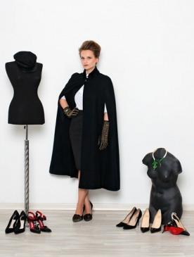 На Алле: накидка, Salvatore Ferragamo; ¬блузка, юбка, все — собственность модели; перчатки, Burberry Prorsum; туфли, Rene Caovilla.