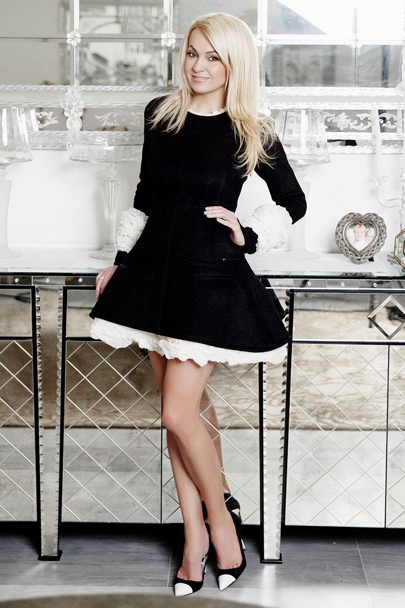 Платье, Chanel, осень — зима 2013/14; туфли, Manolo Blahnik