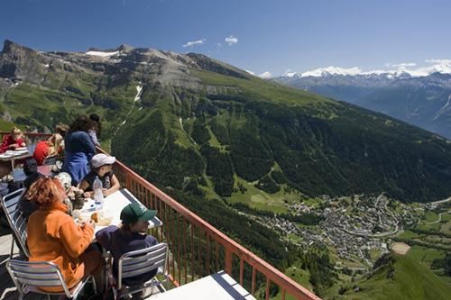 На фото: Обед на Гемми с видом на Лейкербад, Швейцария