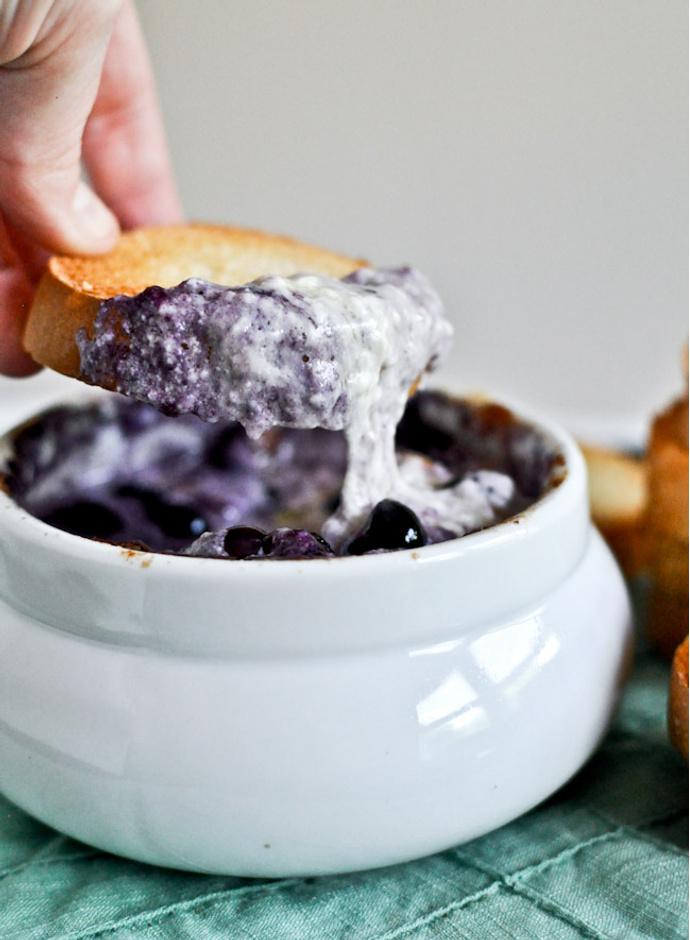 Горячий соус из голубики и Чеддара для тостов