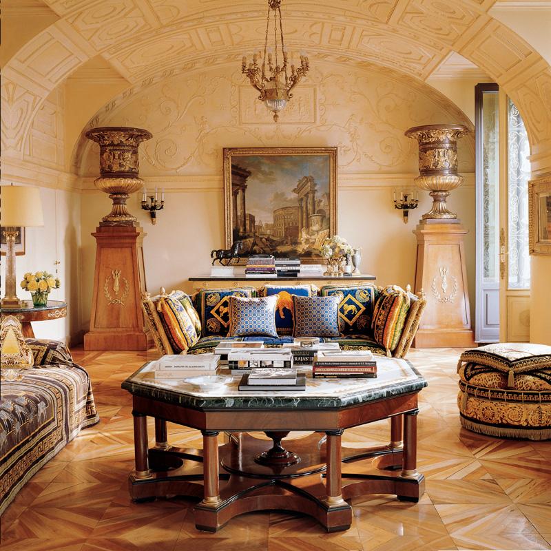 Общий вид гостиной. Под потолком — бронзовая люстра XIX века.
