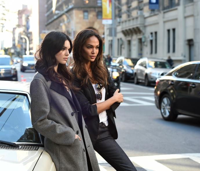 Кендалл и Джоан на съемочной площадке рекламного ролика Estée Lauder