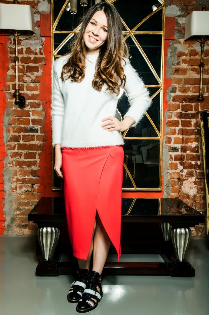 Александра Сухостат в свитере от Valentino и юбке от Vionnet