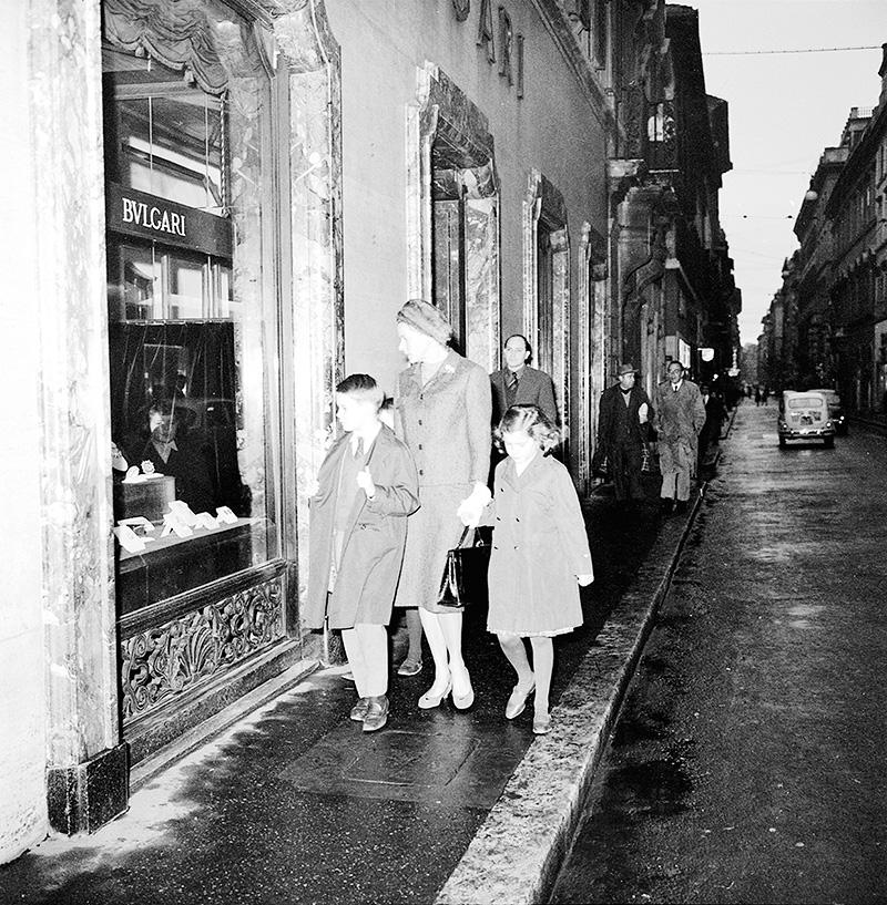 Актриса Ингрид Бергман с детьми перед витриной бутика Bulgari в Риме