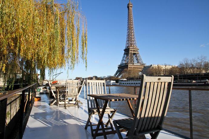 Лодка у Эйфелевой башни, Париж, Франция