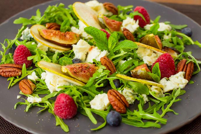 Салат с инжиром, грушей и орехами пекан