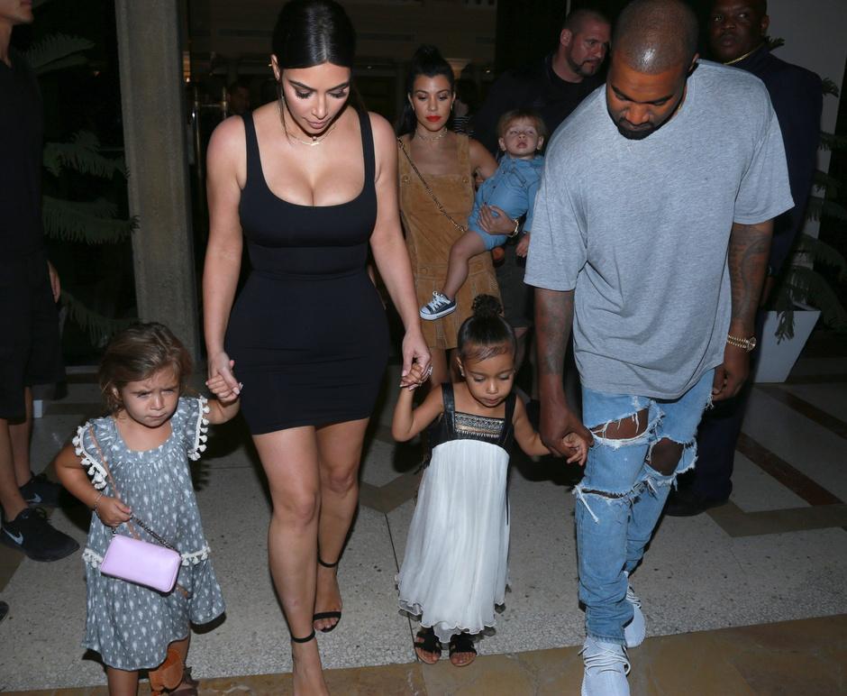 Ким Кардашьян и Канье Уэст с дочерью и племянницей