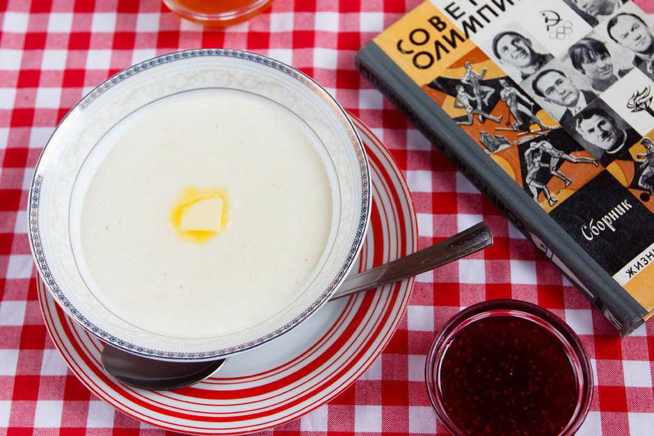 Манная каша с маслом и домашним вареньем