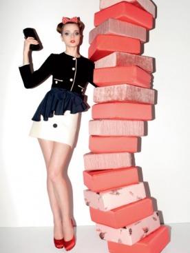 Жакет, Luisa Spagnoli; юбка, Vivi; ободок, Vintage; клатч, Emporio Armani; туфли из атласа, Giuseppe Zanotti Design