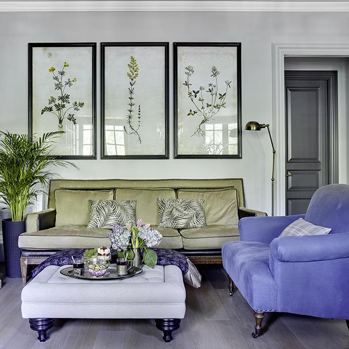 Гостиная. Диван американского производства, двухместный диван в голубой обивке, Eichholtz.
