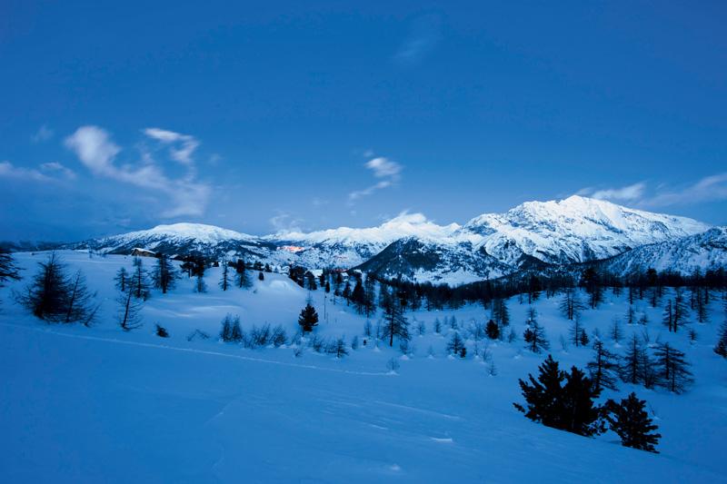 Вид на горы из окна кухни. Если туда и ступала нога человека, то уж точно не этой зимой.
