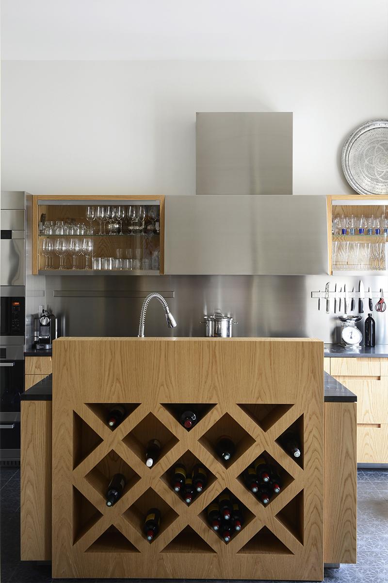 Фрагмент кухни. Мебель изготовлена из нержавеющей стали и массива вяза по эскизам Тициано Вудафьери. Мойка встроена в центральный «остров». Пол выложен плиткой, Made a Mano.