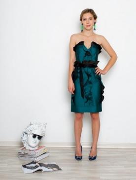На Жене: платье, Lanvin; туфли, Manolo Blahnik; серьги, Marni