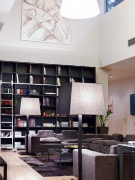 В гостиной — все одно к одному: диваны Flexform, cтеллаж  Mobileffe,  светильники CasaMilano и монументальная картина Франгуляна