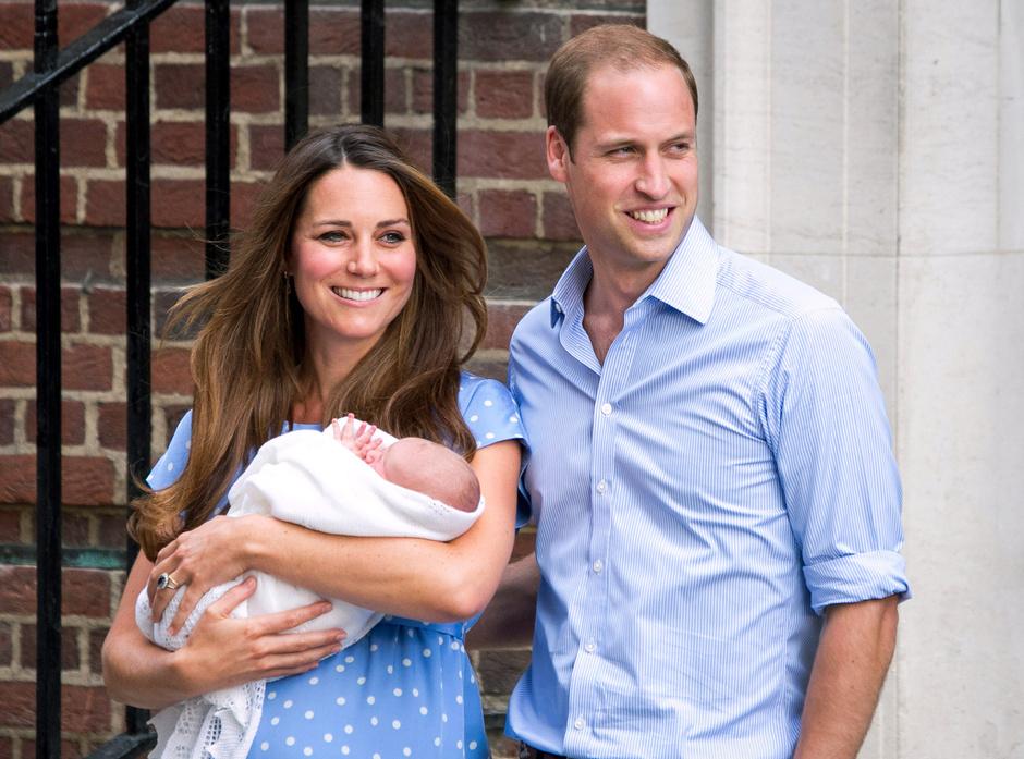 Кейт Миддлтон и принц Уильм с новорожденным Георгом