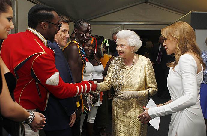 Уилл.Ай.Эм и Кайли Миноуг на приеме у Елизаветы II, 2012 год