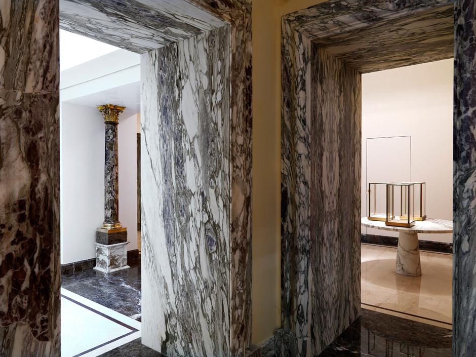 Порталы дверей в магазине облицованы мрамором breccia medicea.