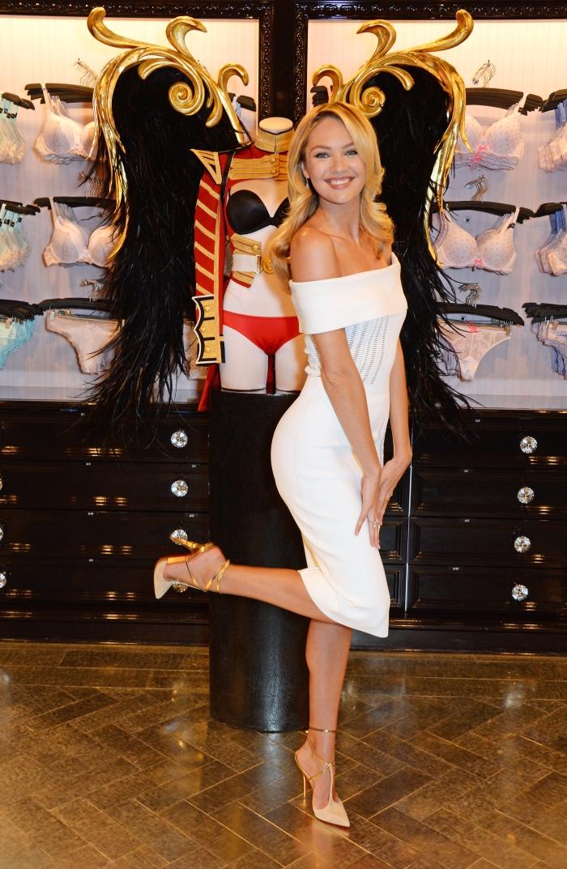 Стиль Кэндис Свейнпол: белое платье с открытыми плечами