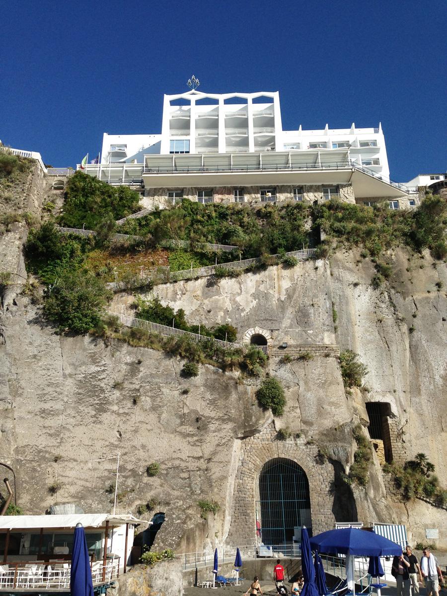 Отель Parco dei Principe, Сорренто. Внизу — живописные развалины Помпеев